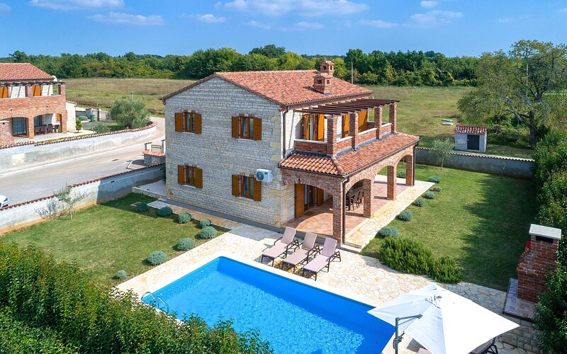 Family Villa Zoe with Children park and Pool, vacation rental in Svetvincenat