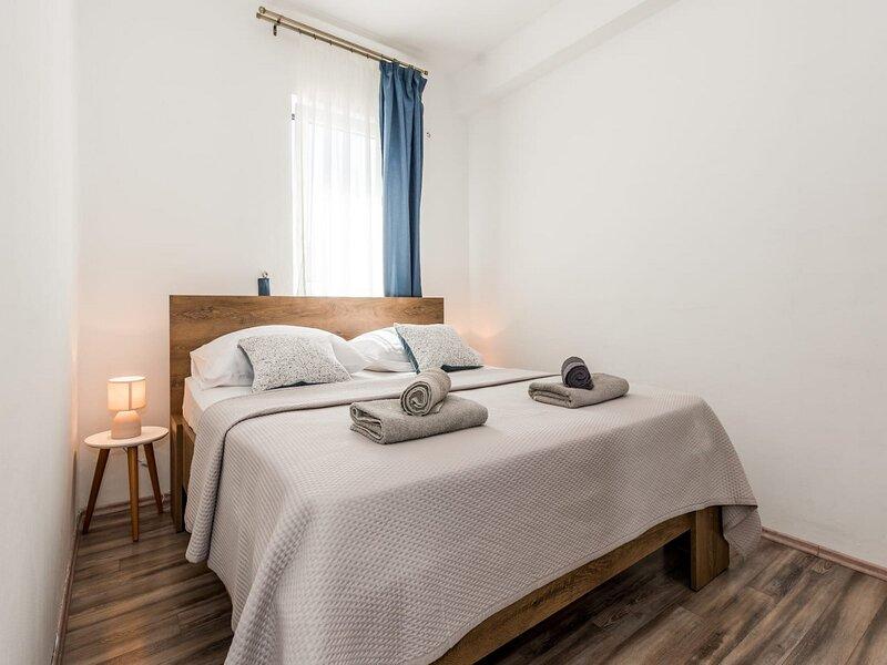 Apartments Brodarica Sibenik - Three Bedroom Apartment with Terrace, aluguéis de temporada em Brodarica