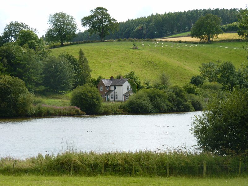 Superb 3 Bedroom House with private lake and large gardens in secluded location, holiday rental in Renwick