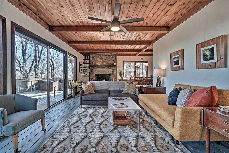 NEW! Designer Mtn Getaway w/ Deck + Sweeping Views, location de vacances à Suches