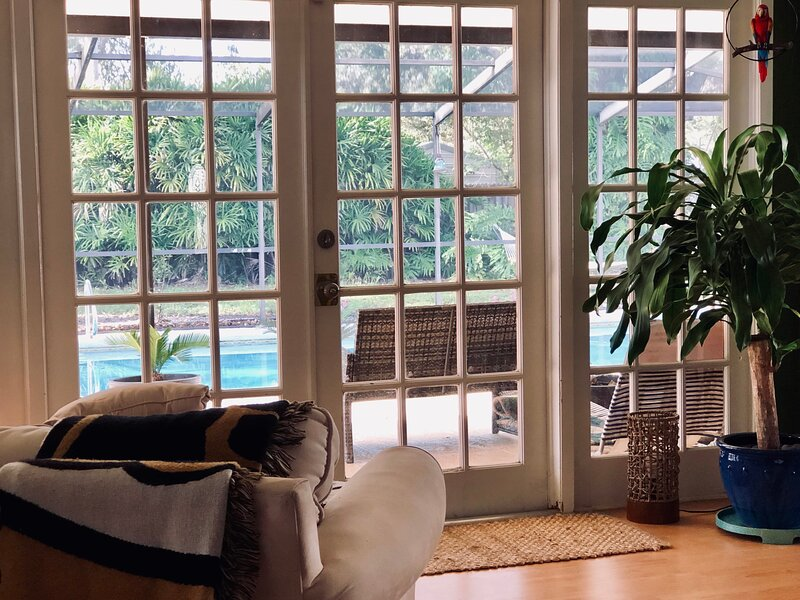 URBAN OASIS SHARED RETREAT l PRIVATE 1 BEDROOM  W/ POOL & OFFICE SPACE, vacation rental in Carrollwood