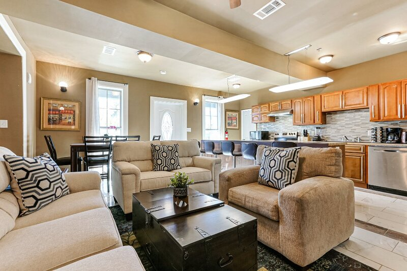 St. Charles Ave Condo by Hosteeva – Minutes to FQ – semesterbostad i New Orleans