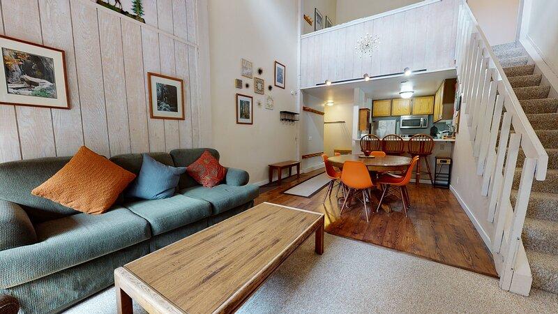 Flooring,Indoors,Room,Living Room,Hardwood