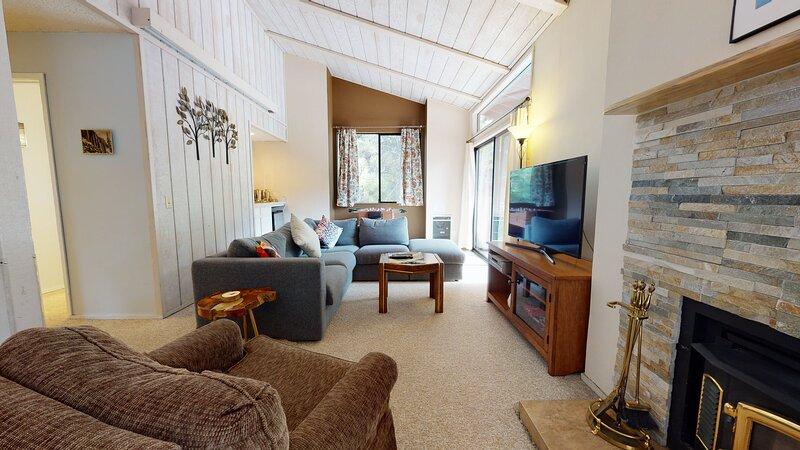 Indoors,Room,Living Room,Furniture,Flooring