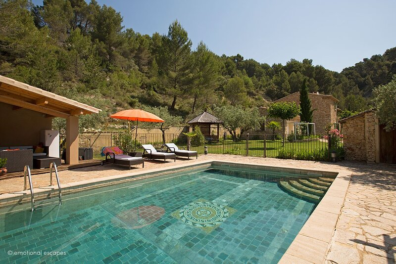 Le Barroux Holiday Home Sleeps 8 with Pool and WiFi - 5879627, holiday rental in Saint-Hippolyte-le-Graveyron
