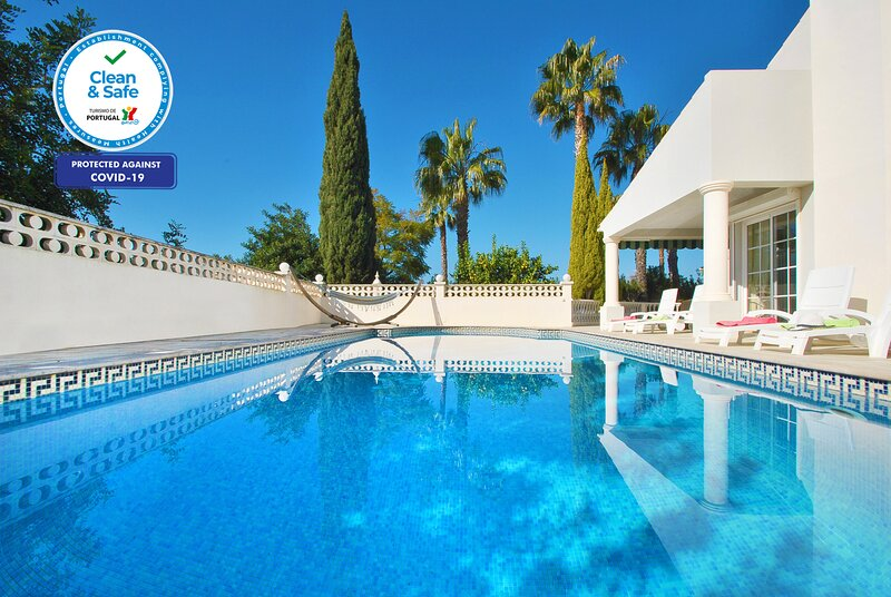THIS VILLA IS A STUNNING LARGE PROPERTY W/ WI-FI, A/C & PRIVATE HEATABLE POOL, holiday rental in Alfarrobeira