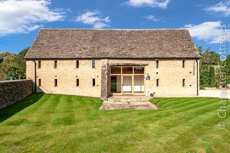 The Old Great Barn is a stunning family home located in the village of Filkins, holiday rental in Carterton