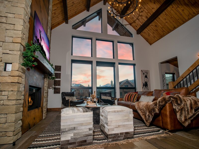 Blissful Mountain Getaway - Jacuzzi, Steps to Lake Estes, Excellent Location, vacation rental in Drake