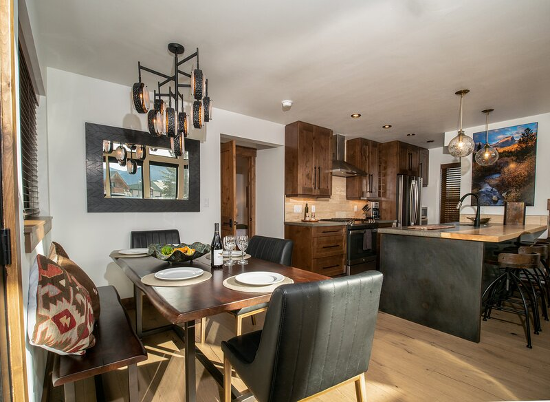 Chic Retreat – Great Location, Indoor/Outdoor Fireplace, Jacuzzi, Steps to Lake, alquiler de vacaciones en Glen Haven
