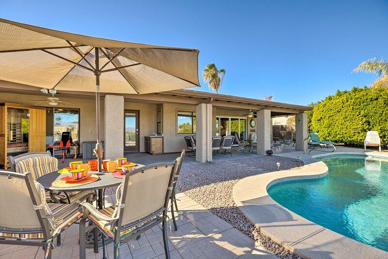 NEW! Fountain Hills Home w/ Pool, Mtn View & Sauna, casa vacanza a Fountain Hills
