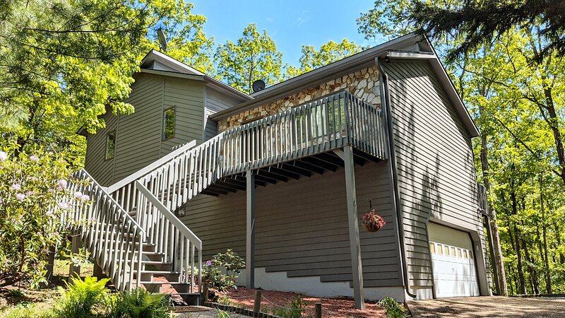 Cozy Mountain Song - NEW Massanutten Resort Home with Private Hot Tub!, holiday rental in Elkton