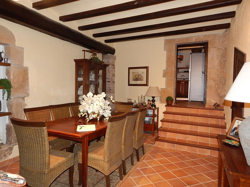House in Castell d'Aro in old town with terrace and inner courtyard - CASAPOBLE, holiday rental in Solius