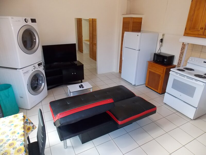 Stewart Guest House - Trincity, Airport,Washer,Dryer,Office,Netflix,Alarm,Gated, aluguéis de temporada em Matura