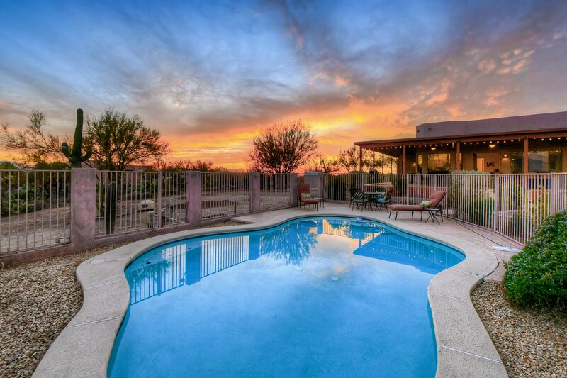 Adobe-style getaway on almost four acres w/private pool & golf nearby!, vacation rental in Tortolita