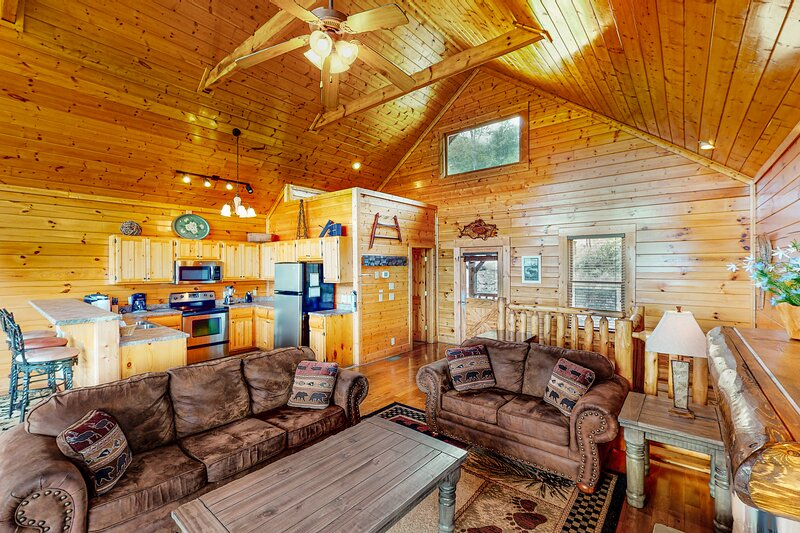 Log cabin w/ blissful mountain views, a private hot tub, & game room, alquiler de vacaciones en Pigeon Forge