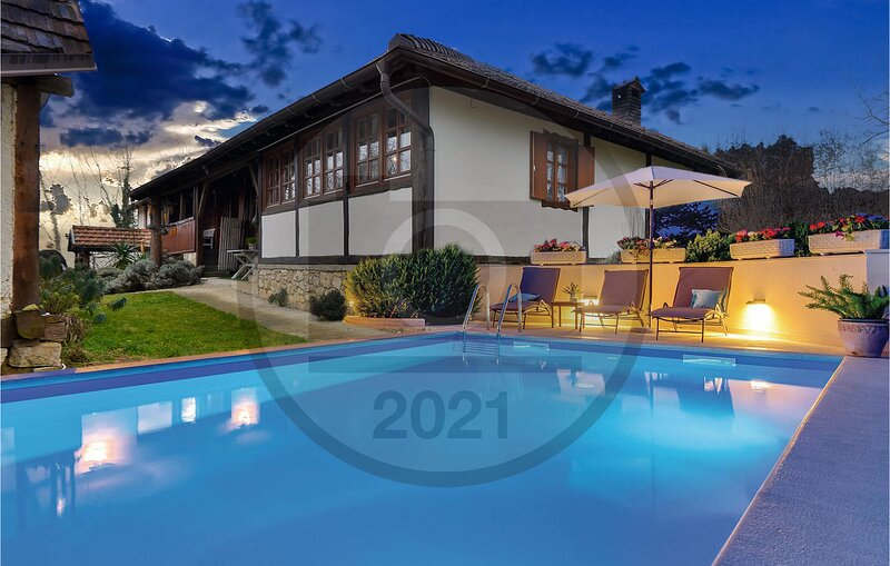 Awesome home in Breznica with Outdoor swimming pool, Sauna and 3 Bedrooms (CCC18, casa vacanza a Donje Makojisce