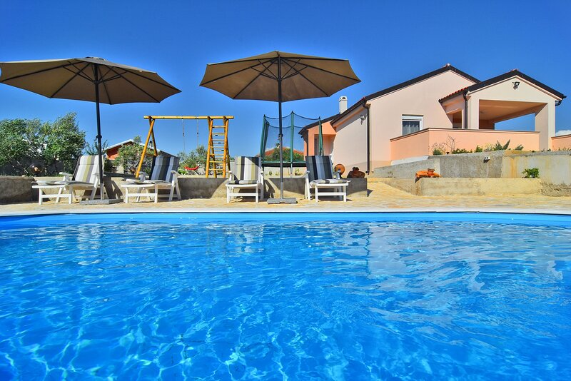 Holiday home with pool Diana, holiday rental in Donje Raštane