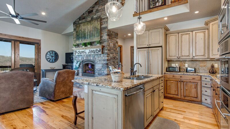 Indoors,Room,Flooring,Hardwood,Living Room
