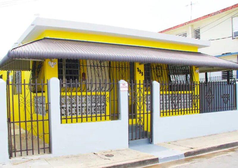 Near Beach, Bars, Restaurant, 3 Bedrooms &1 Bath, casa vacanza a Santurce