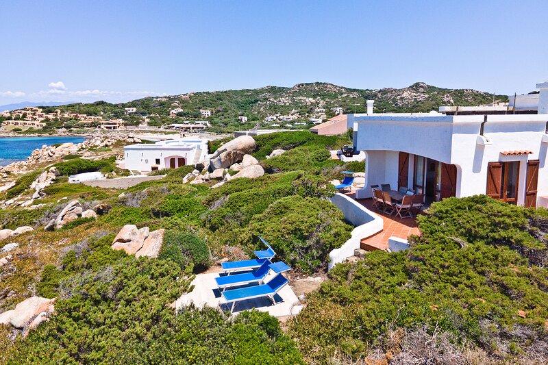 Bellissima Villa fronte mare a 70 metri dal mare, holiday rental in Capo Testa