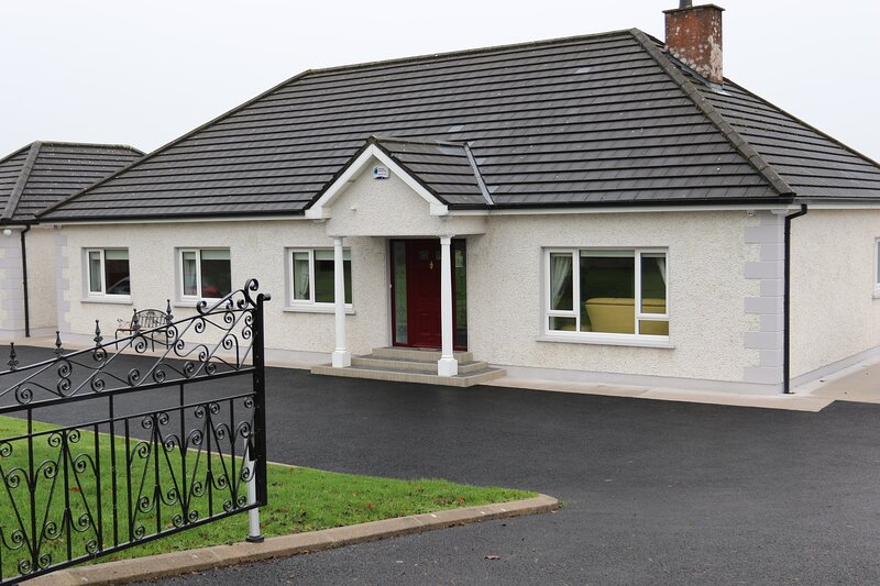 Laneside Haven - Modern & Homely, With Fitness Suite and On-site E.V Charger, holiday rental in Cootehill