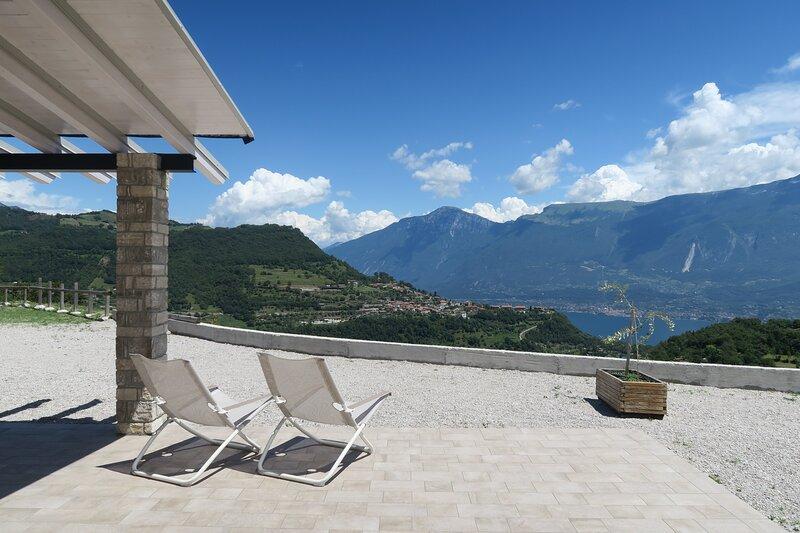 Oasi Da Vinci - nuovissimo appartamento trilocale, ampia terrazza vista lago, alquiler vacacional en Tignale