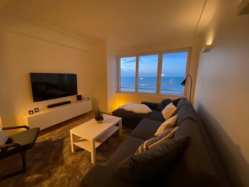 Luxe vakantie appartement op zeedijk met zeezicht, holiday rental in Ostend