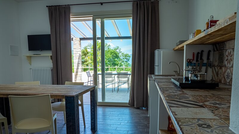Oasi Da Vinci - nuovo appartamento bilocale, ampia terrazza vista lago di Garda, Ferienwohnung in Gardola