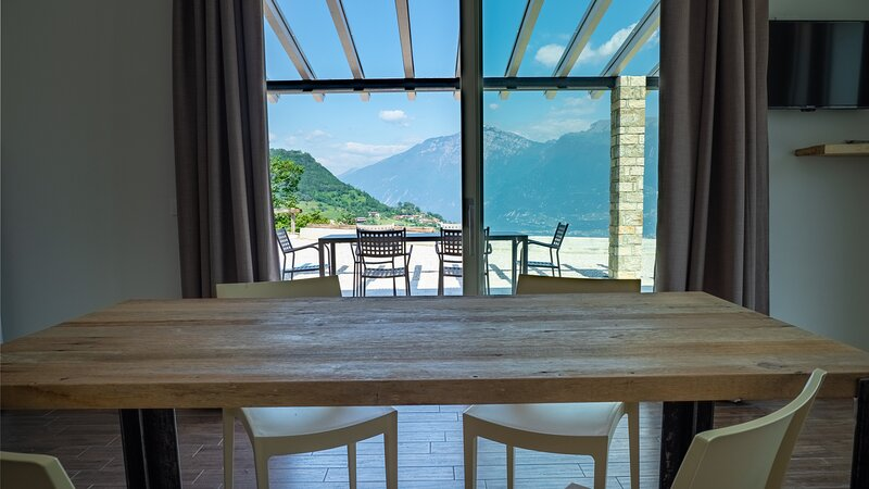 Nuovo appartamento in piccola realtà, ampia terrazza vista lago, 2 camere, alquiler vacacional en Tignale