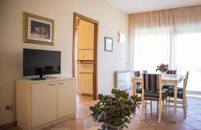 Appartamento Long stay mensile in Residence con cortile Zona Roma, holiday rental in Acilia