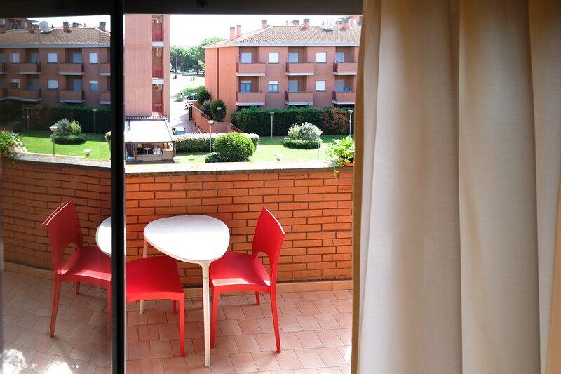 Appartamento soggiorno mensile in Residence Triangoli con cortile Zona Roma, holiday rental in Acilia