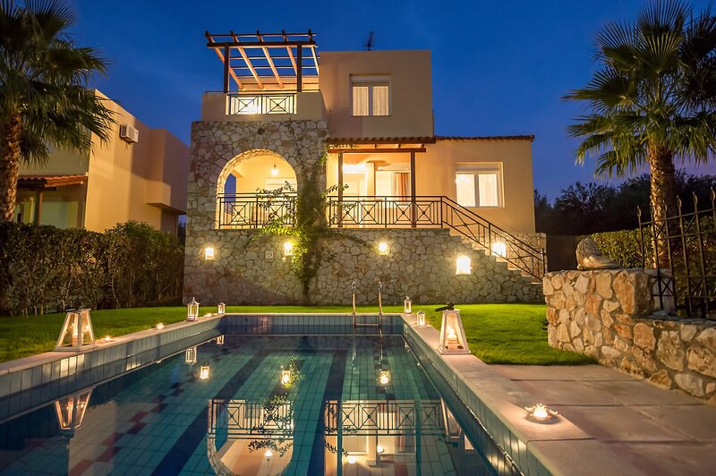 Sea View Villa, Private Pool, next to Sandy Beach!, vakantiewoning in Kalyves