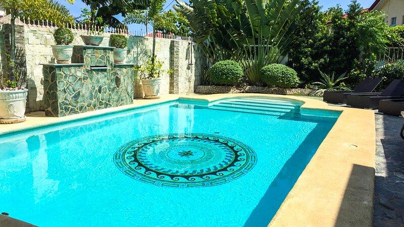 Luxury 4-Bedroom Villa in Mactan, Cebu, location de vacances à Cordova
