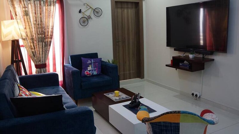 Bright,modern,3br family-friendly aprtm,near AKUH,Stadium,Expo Centre, vacation rental in Karachi