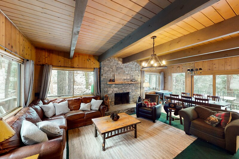 Charming, Three-Story, Family-Friendly Cabin w/ Free WiFi & a Furnished Deck, vacation rental in Cedar Glen