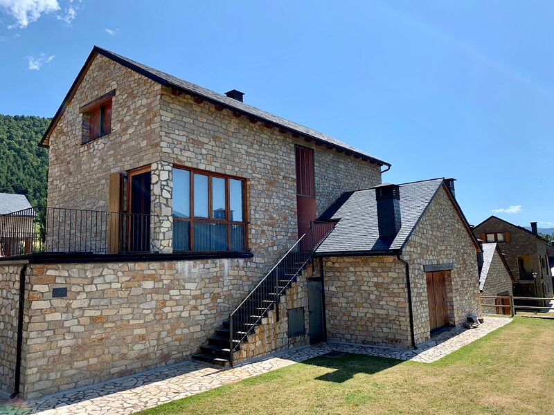 Casa Mya 3 Bedroom Duplex in the Spanish Pyrenees perfect for hiking and skiing, alquiler vacacional en Biescas