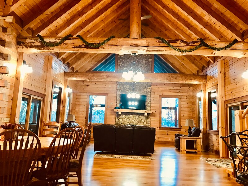 Camelot Lodge - Luxury Log Homes in Hocking Hills, holiday rental in Laurelville