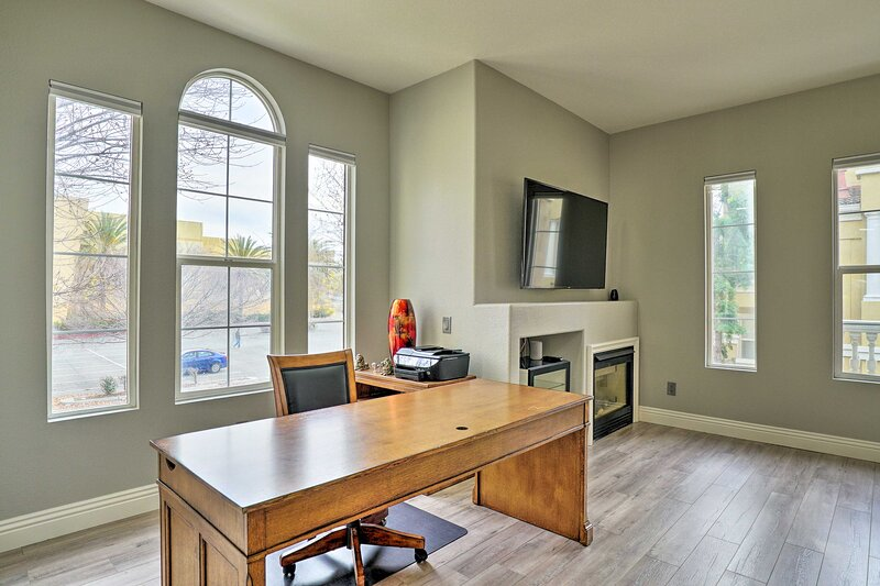 NEW! Bright, Modern Townhome: Parks, Shops & Eats!, casa vacanza a Fremont