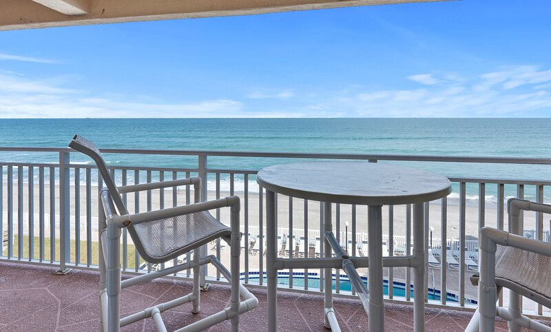 Penthouse - large balcony with Direct Oceanfront views, holiday rental in Palm Shores