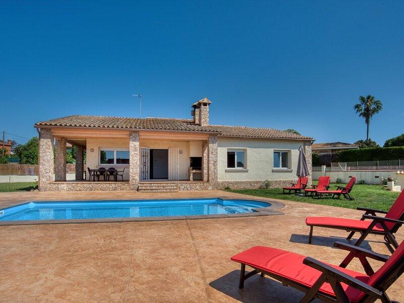 Nice ground floor house with pool near the beach., location de vacances à Vall-Llobrega