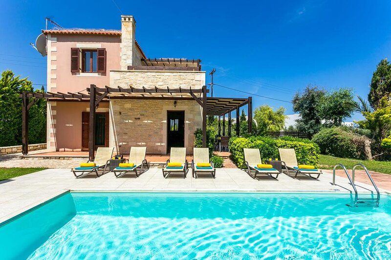 Villa Kali, Stone built villa 350 meters from the beach and shops, holiday rental in Adelianos Kampos