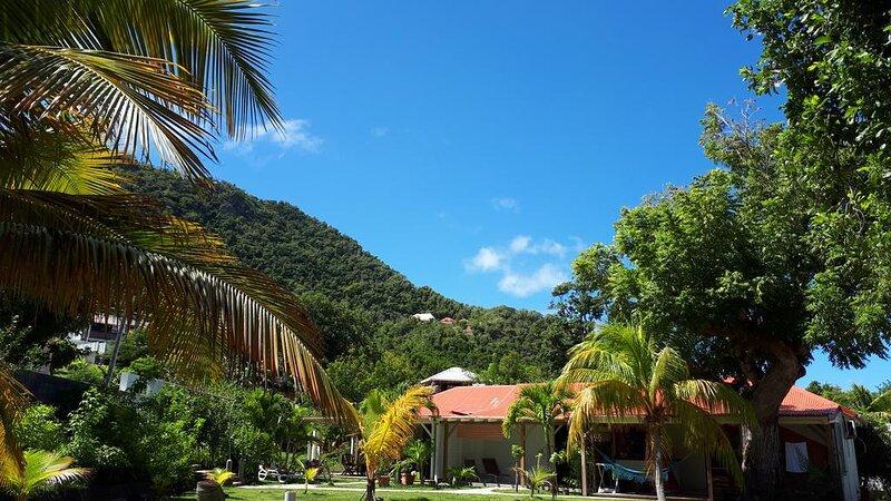 Gîte T3 tout confort dans grand jardin arboré - TI LAMBI (ROSE), holiday rental in Terre-de-Haut
