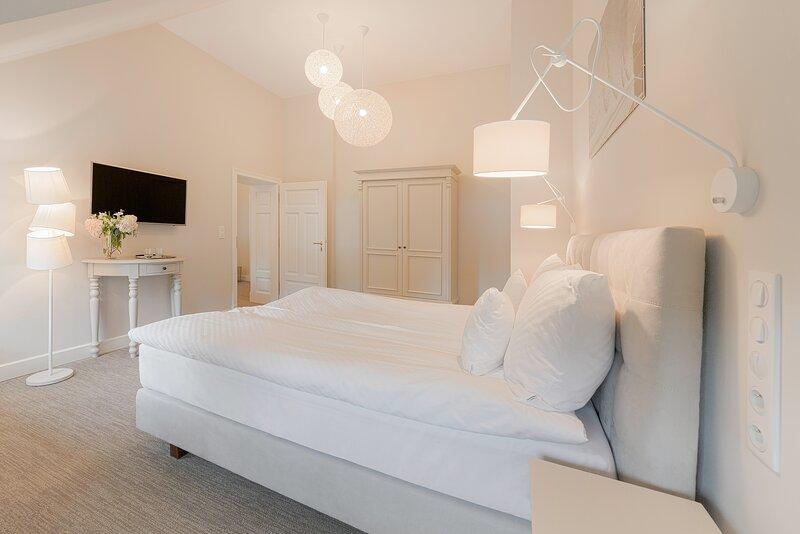 Manowce Palace - Triple Room with Lake View (Room 4), location de vacances à Nowe Warpno