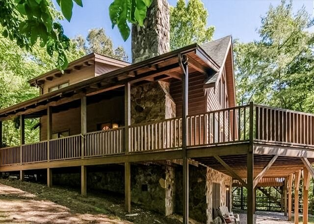 Spacious Wooden Cabin, WiFi, Hot Tub, Close to Walking Trails, Fireplace, holiday rental in Ferguson