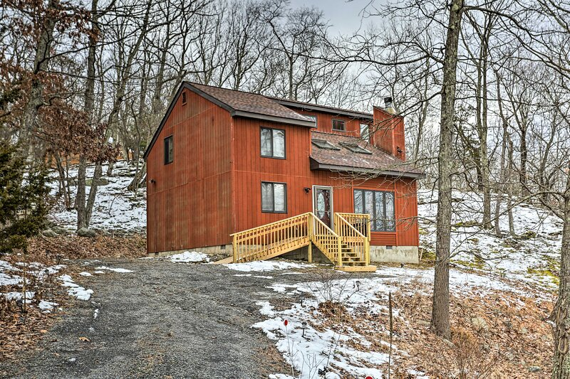 NEW! Charming Poconos Abode w/ Grill + Fire Pit!, holiday rental in Lehman