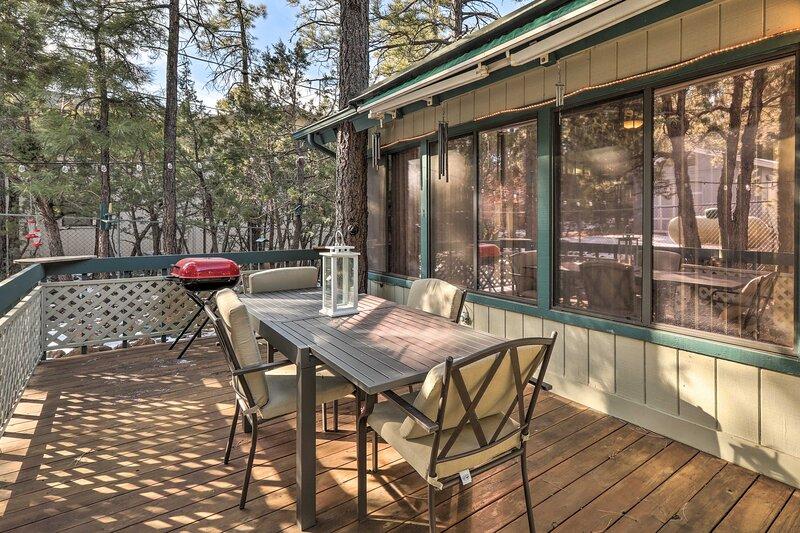 NEW! Munds Park Cabin Retreat w/ Furnished Deck, alquiler de vacaciones en Munds Park