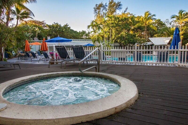 Amazing Getaway! Gorgeous Unit, Pool, Parking, Fitness Center, holiday rental in Marathon Shores