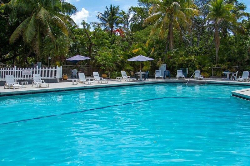 Lovely Escape! Classy and Modern Unit, Pool, Hot Tub, Parking, alquiler de vacaciones en Marathon Shores