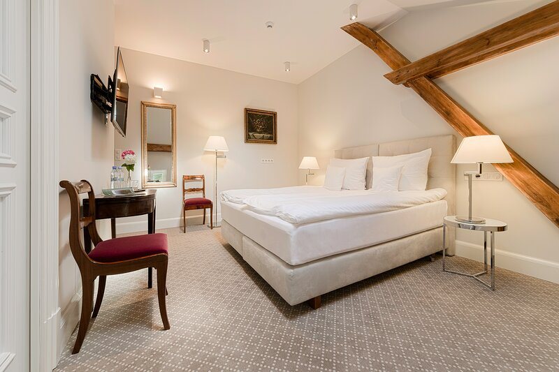 Manowce Palace - Double or Twin Room with Extra Bed (Room 9), location de vacances à Nowe Warpno