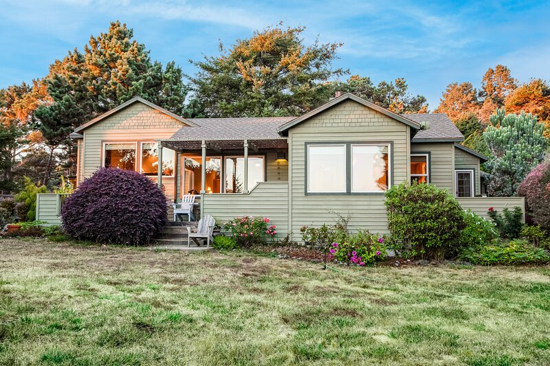 Beautiful seaside home w/ocean views/garden beds/exotic plants/yard/full kitchen, holiday rental in Anchor Bay
